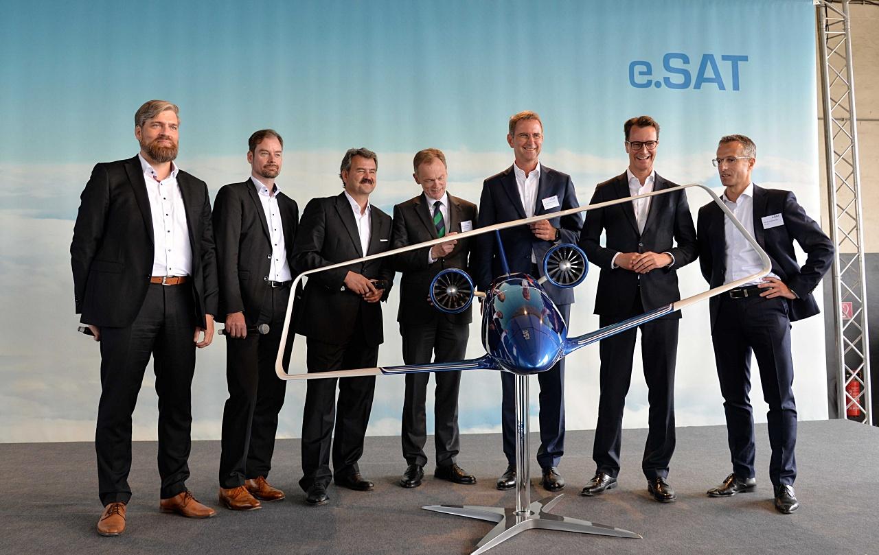 Bildunterschrift: Enthüllung des Silent Air Taxi Modells: V.l.n.r.: Prof. Dr. Kai-Uwe Schröder (e.SAT GmbH), Prof. Dr. Eike Stumpf (e.SAT GmbH), Prof. Dr. Frank Janser (e.SAT GmbH), Dr. Hendrik Schulte (Staatssekretär, Ministerium für Verkehr des Landes Nordrhein-Westfalen), Prof. Dr. Günther Schuh (e.SAT GmbH), Hendrik Wüst (Minister für Verkehr des Landes Nordrhein-Westfalen) und Prof. Dr. Peter Jeschke